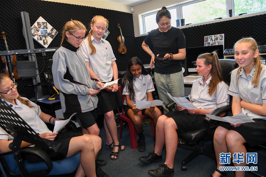 """(国际·图文互动)(1)通讯:""""Kia Ora,都来吧,汉语学习发了芽""""——新西兰罗托鲁阿初级中学中文助教的梦想"""